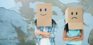 Zusammengesetztes Bild von den jungen Paaren, die trauriges Gesicht tragen, packt Unkosten ein stockfoto