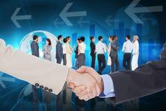 Zusammengesetztes Bild von den lächelnden Geschäftsleuten, die Hände beim Betrachten der Kamera rütteln Lizenzfreies Stockfoto