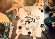 Zusammengesetztes Bild von den Leuten, die um trinkenden Kaffee der Tabelle sitzen stockbild