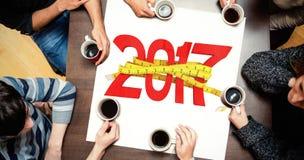 Zusammengesetztes Bild von den Leuten, die um trinkenden Kaffee der Tabelle sitzen Lizenzfreie Stockfotos