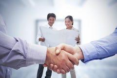 Zusammengesetztes Bild von den Männern, die Hände rütteln Lizenzfreies Stockfoto