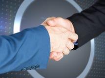 Zusammengesetztes Bild von den männlichen Führungskräften, die Hände rütteln Lizenzfreie Stockfotos