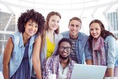 Zusammengesetztes Bild von den Modestudenten, die im Team arbeiten Lizenzfreies Stockbild