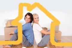 Zusammengesetztes Bild von den Paaren, die auf dem Boden sitzen Lizenzfreie Stockfotografie