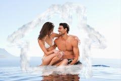 Zusammengesetztes Bild von den Paaren, die auf Pool sitzen, umranden zusammen Stockfoto