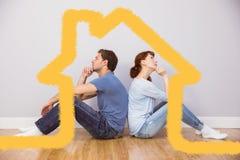 Zusammengesetztes Bild von den Paaren, die zusammen auf Boden sitzen Stockfotos