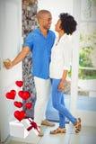 Zusammengesetztes Bild von den Paaren und von Herzen, die vom Kasten 3d fliegen Lizenzfreie Stockbilder