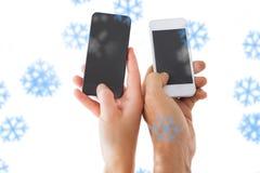 Zusammengesetztes Bild von den Paarhänden, die Smartphones halten Stockfotografie