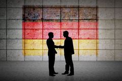 Zusammengesetztes Bild von den Schattenbildern, die Hände rütteln Lizenzfreies Stockfoto