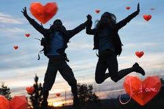 Zusammengesetztes Bild von den Schattenbildpaaren, die gegen den Himmel springen Lizenzfreie Stockfotografie