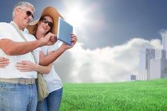 Zusammengesetztes Bild von den Urlaub machenden Paaren, die Foto machen Lizenzfreies Stockfoto