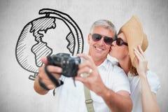 Zusammengesetztes Bild von den Urlaub machenden Paaren, die Foto machen Stockfoto