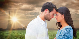 Zusammengesetztes Bild von den verärgerten Paaren, die entlang einander anstarren Stockbild