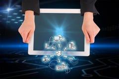 Zusammengesetztes Bild von den weiblichen Händen, die Tablette halten Lizenzfreies Stockfoto