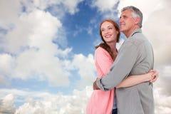 Zusammengesetztes Bild von den zufälligen umarmenden und lächelnden Paaren Stockfoto