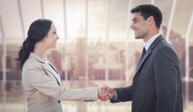 Zusammengesetztes Bild von den zukünftigen Partnern, die Hände rütteln Stockfoto