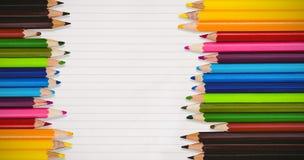 Zusammengesetztes Bild von farbigen Bleistiften stockfotos