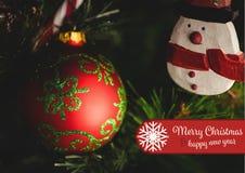 Zusammengesetztes Bild von frohen Weihnachten und von guten Rutsch ins Neue Jahr wünscht gegen Weihnachtsdekoration Lizenzfreie Stockfotos