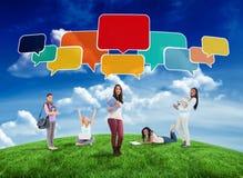 Zusammengesetztes Bild von glücklichen Studenten mit Rede sprudelt Lizenzfreie Stockfotografie