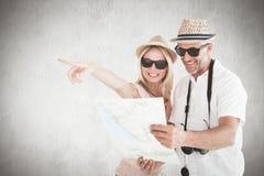 Zusammengesetztes Bild von glücklichen touristischen Paaren unter Verwendung der Karte und des Zeigens Stockfoto