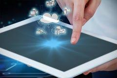 Zusammengesetztes Bild von Händen unter Verwendung der digitalen Tablette gegen weißen Hintergrund Lizenzfreie Stockbilder