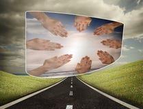 Zusammengesetztes Bild von Händen zusammen auf abstraktem Schirm Stockbild