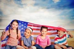 Zusammengesetztes Bild von Kindern mit amerikanischer Flagge stockfotos
