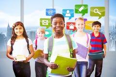 Zusammengesetztes Bild von lächeln wenig Schule scherzt im Schulkorridor Stockbild