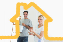 Zusammengesetztes Bild von Paaren mit Farbmustern und von Leiter in einem neuen Haus Lizenzfreie Stockfotos