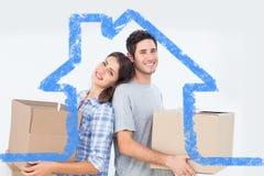 Zusammengesetztes Bild von tragenden Kästen der Frau und des Ehemanns in ihrem neuen Haus Stockfotografie