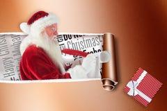 Zusammengesetztes Bild von Vaterweihnachten schreibt eine Liste Stockfotos