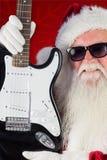 Zusammengesetztes Bild von Vaterweihnachten zeigt eine Gitarre Stockfotografie