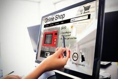 Zusammengesetztes Bild von Waschmaschinen für den Verkauf angezeigt auf Webseite Stockbild