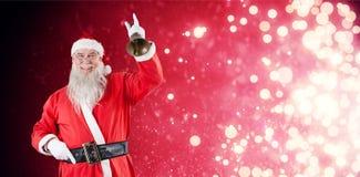 Zusammengesetztes Bild von Weihnachtsmann eine Glocke schellend Stockfotografie