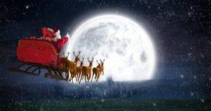 Zusammengesetztes Bild von Weihnachtsmann-Reiten auf Pferdeschlitten mit Geschenkbox Lizenzfreie Stockfotografie