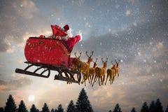 Zusammengesetztes Bild von Weihnachtsmann-Reiten auf Pferdeschlitten mit Geschenkbox stockfoto