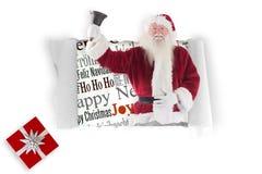 Zusammengesetztes Bild von Weihnachtsmann schellt seine Glocke Stockfotografie