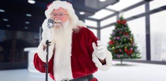 Zusammengesetztes Bild von Weihnachtsmann singt Weihnachtslieder Stockfotografie