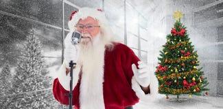 Zusammengesetztes Bild von Weihnachtsmann singt Weihnachtslieder Lizenzfreies Stockfoto