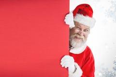 Zusammengesetztes Bild von Weihnachtsmann spähend vom roten Brett Lizenzfreie Stockfotos