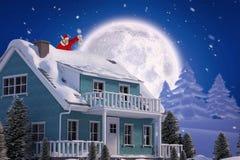 Zusammengesetztes Bild von Weihnachtsmann Weihnachtslaterne betrachtend Lizenzfreie Stockfotos