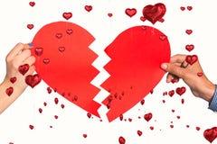 Zusammengesetztes Bild von zwei Händen, die defektes Herz halten Stockbild
