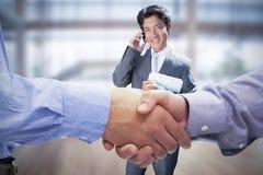 Zusammengesetztes Bild von zwei Männern, die Hände rütteln Stockfotografie