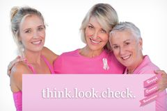 Zusammengesetztes Frauenbild, das rosa Oberteile und Bänder für Brustkrebs trägt Stockbild