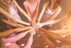 Zusammengesetztes Frauenbild in den rosa Ausstattungen, die einen Kreis für Brustkrebsbewusstsein sich anschließen stockfoto