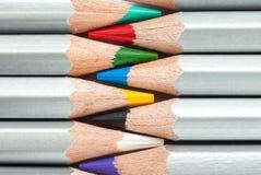 Zusammenhängende farbige Bleistifte Geschärfte farbige Bleistifte Ein Stapel farbige Bleistifte Bereiten Sie vor, um zu malen Stockbild
