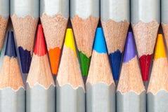 Zusammenhängende farbige Bleistifte Geschärfte farbige Bleistifte Ein Stapel farbige Bleistifte Bereiten Sie vor, um zu malen Stockbilder