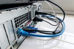 Zusammenhang des Notizbuches und des PC lizenzfreie stockfotos