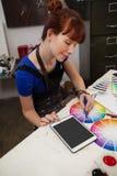 Zusammenpassende Farbe der Schönheit mit Farbmuster Lizenzfreies Stockbild