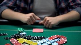 Zusammenpressende Fäuste des Kasinopokerspielers, die alles auf gewinnendem Turnier wetten stockbild